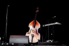 Violoncellvioloncell i mitt av en tom etapp på en konsert royaltyfri bild