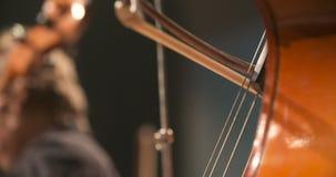 Violoncelo en orquesta Músico que toca el violoncelo almacen de metraje de vídeo