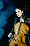 Violoncelo que juega al violoncelista del músico Fotos de archivo libres de regalías