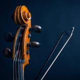 Violoncelo y arco de violín de la voluta Foto de archivo