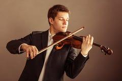 Violoniste d'homme jouant le violon. Art de musique classique Photos stock