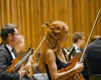 Violoniste de beauté pendant un concert Photo libre de droits