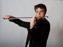 Violoniste masculin de l'adolescence  Playing de virtuose Photo stock