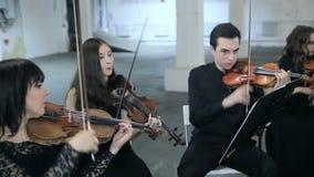 Violonistes jouant la musique dans le hall banque de vidéos