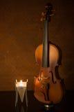 Violons classiques avec la bougie Image stock