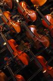 Violons sur le mur Photo stock