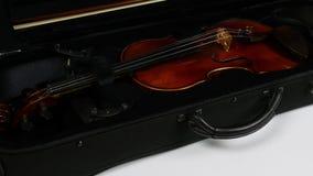 Viool in een geval Het openen van het geval met een viool stock video