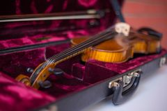 Viool en boog in donkerrood geval royalty-vrije stock afbeelding