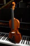 Viool op de Sleutels van de Piano Stock Fotografie