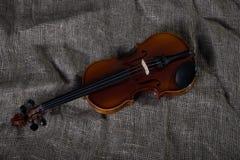 Viool, strijkstok en bowtie, canvasachtergrond Royalty-vrije Stock Foto