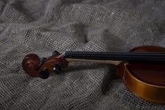 Viool, strijkstok en bowtie, canvasachtergrond Royalty-vrije Stock Fotografie