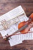 Viool, trompet en muzieknotenbladen stock foto
