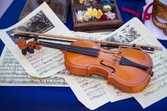 Vioolboog op de achtergrondmuziek Houten muzikale instrumenten royalty-vrije stock afbeelding