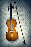 Vioolnota's. Muzikale instrumenten met muziekblad Stock Foto