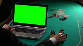 Vip-Kunde, der die Schürhakenwetten on-line mit Goldkarte, spielende Standorte, grüner Schirm zahlt stock video
