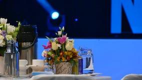 Vip lijst bij het overleg De lijst van het buffet Bloemen op de lijst voor beste gasten stock footage