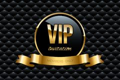 VIP zaproszenia projekta szablon Wektorowy złoty pierścionek z faborku i VIP zaproszenia tekstem na czarnym luksusowym tle Zdjęcie Stock