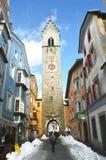 VIPITENO,意大利- 2018年1月23日:在Vipiteno维皮泰诺,南蒂罗尔老中世纪镇的大街的Zwölferturm塔  免版税库存图片