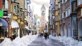 VIPITENO,意大利- 2018年1月23日:在Vipiteno维皮泰诺,南蒂罗尔老中世纪镇的大街的Zwölferturm塔  图库摄影