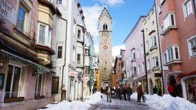 VIPITENO,意大利- 2018年1月23日:在Vipiteno维皮泰诺,南蒂罗尔老中世纪镇的大街的Zwölferturm塔  免版税库存照片