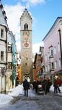 VIPITENO, ИТАЛИЯ - 23-ЬЕ ЯНВАРЯ 2018: Башня Zwölferturm в главной улице старого средневекового городка Vipiteno Sterzing, южного стоковое фото rf