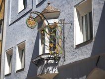 Vipiteno, Bolzano, Trentino Alto Adige De historische metaaltekens op de voorgevels van de gebouwen stock afbeeldingen