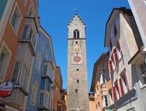 Vipiteno, Bolzano, Trentino Alto Adige La calle peatonal del pueblo con las casas tirolesas tradicionales fotografía de archivo libre de regalías
