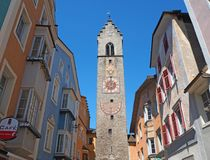 Vipiteno, Bolzano, Trentino Alto Adige A rua pedestre da vila com as casas tirolesas tradicionais fotografia de stock royalty free