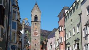 Vipiteno, Bolzano, Trentino Alto Adige A rua pedestre da vila com as casas tirolesas tradicionais filme