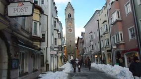 VIPITENO, ITALY - JANUARY 23, 2018: Zwölferturm tower and people in main street of the old medieval town of Vipiteno. Sterzing, South Tyrol, Italy stock video
