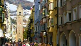 Vipiteno Sterzing en la Navidad el Tyrol del sur Alto Adige Italy del paseo de la gente del invierno metrajes