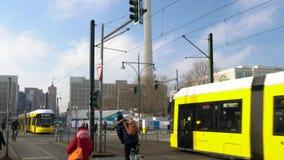 Vippa på ner dagtidspårvagnar som korsar Bundesstrasse, Berlin, Tyskland lager videofilmer