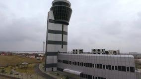 Vippa på upp av flygtrafikkontrolltorn i flygplats stock video