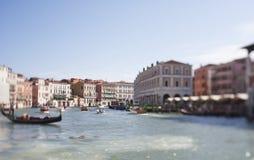 Vippa på förskjutningsfotoet av den storslagna kanalen av Venedig slapp fokus Arkivbilder