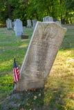 Vippad på gravsten i gammal kyrkogård arkivbilder