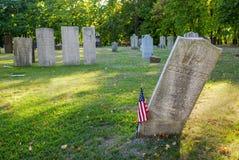 Vippad på gravsten i gammal kyrkogård royaltyfri fotografi