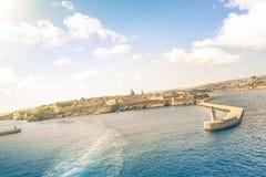 Vippad på horisontsikt av La Valletta för solnedgång från havet Royaltyfria Bilder