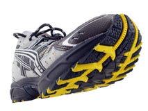 vippade på den running skon för den svarta modellen däckmönster upp yellow Arkivbild