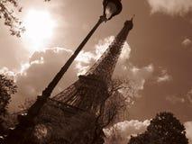 Vippade på Paris Eiffel torn   Arkivbilder