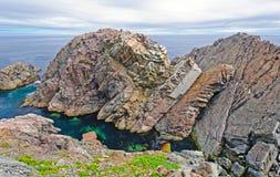 Vippade på Sedimentary Rocks på kusten fotografering för bildbyråer