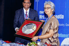 Vipul Shah che dà un segno di apprezzamento a Rita Teaotia Immagini Stock Libere da Diritti