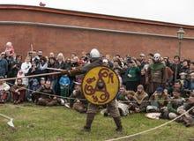 Viquingues vão luta na reconstrução histórica Imagem de Stock