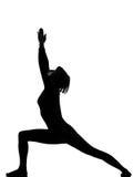 Virabhadrasana 1 mujer de la yoga de la posición del guerrero Imagenes de archivo
