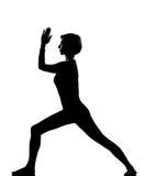 Virabhadrasana de femme exerçant le yoga de forme physique Photo stock