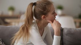 A virada agitada da menina sobre a discussão com indivíduo sente desesperado insultado filme