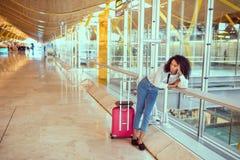 Virada da mulher negra e frustrado no aeroporto com canc do voo fotografia de stock royalty free
