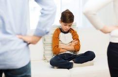 Virada ou menino e pais culpados de sentimento em casa Imagem de Stock