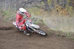 Virages de coureur de moto avec la grande pente Photo stock