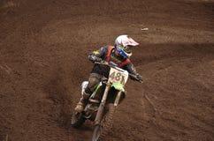 Virages de coureur de motocross avec proslipping Photos stock