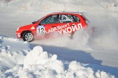 Virages de voiture de sport dans un dérapage sur la piste glaciale Photos libres de droits